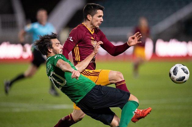 Jaroslav Tregler z Příbrami a Uroš Duranovič z Příbrami bojují o míč.