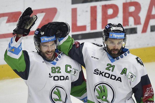 Autor prvního gólu Michal Vondrka (vlevo) a Jakub Klepiš z Mladé Boleslavi se radují.