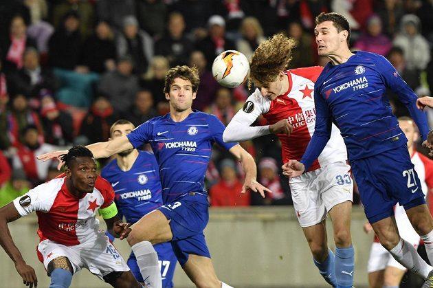 Alex Král se pokouší překonat obranu Chelsea