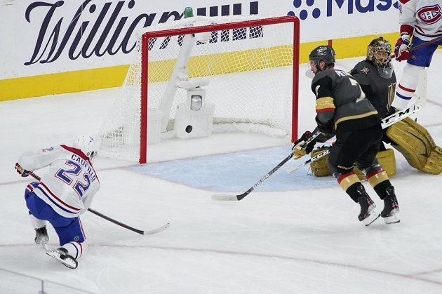 Pravý křídelník Montrealu Canadiens Caufield (22) dává gól v semifinále NHL proti Vegas Golden Knights, brankář Marc-Andre Fleury (29) nemá šanci.