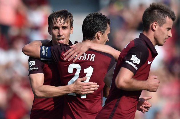 Autor druhého gólu Sparty Josef Šural (vlevo) a jeho spoluhráč David Lafata (uprostřed).