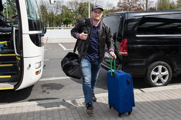 Jakub Jeřábek míří k letištní hale před odletem na MS.