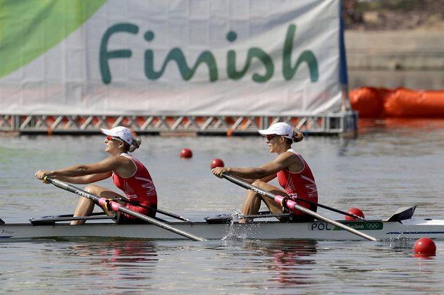 Polky Natalia Madajová a Magdaléna Fularczyková-Kozlowská projíždějí cílem na první příčce.
