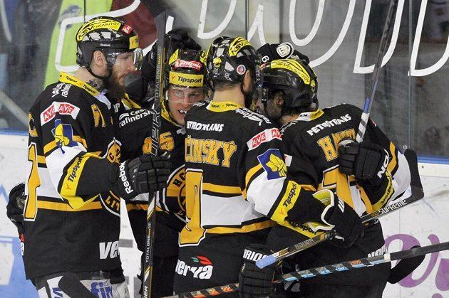 Litvínovští hokejisté slaví gól na ledě Brna ve třetím semifinálovém duelu play off extraligy.