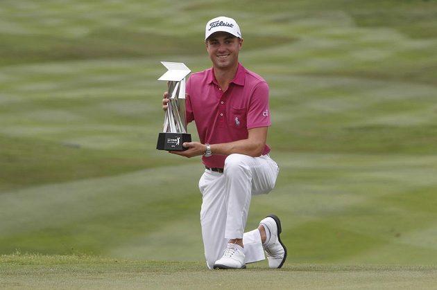 Justin Thomas s trofejí po vítězství na turnaji v Kuala Lumpur