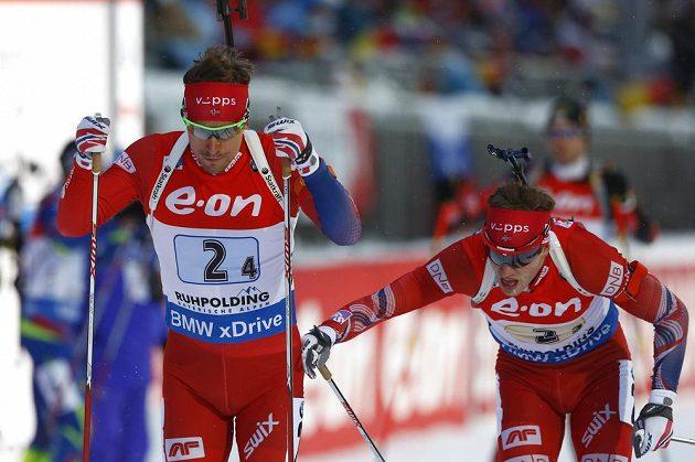 Nor Tarjei Boe (vpravo) posílá ve štafetě na trať kolegu Emila Hegleho Svendsena.
