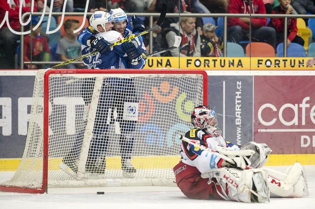 Vzadu zleva Ondřej Kratěna a Mario Bližňák z Plzně oslavují gól. Vpředu vpravo je brankář Hradce Adam Svoboda.