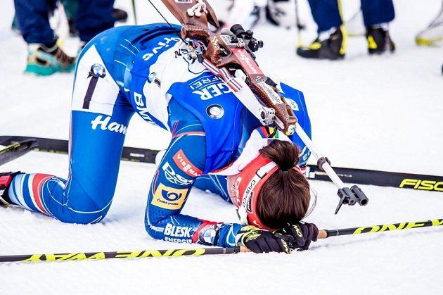 Finišmanka Veronika Vítková v cíli štafetového závodu SP v Hochfilzenu.