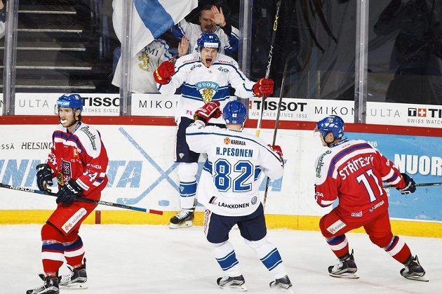 Finští hokejisté Tommi Huhtala a Harri Pesonen se radují ze vstřeleného gólu, vpravo přihlíží Matěj Stříteský a vlevo je Tomáš Kundrátek.