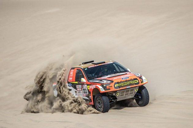 Martin Prokop se speciálem Ford v peruánské poušti.