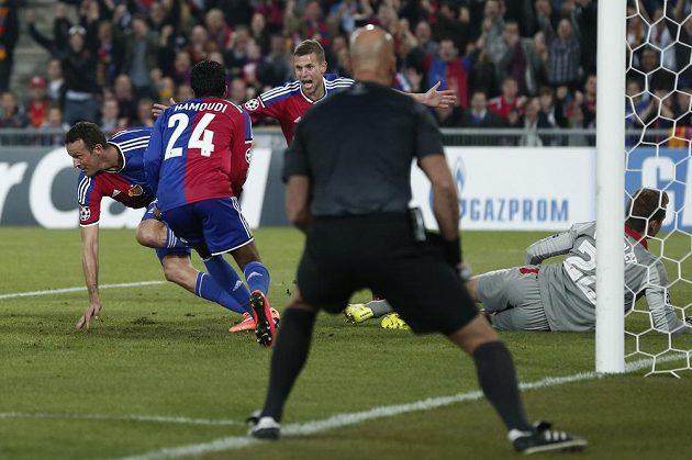 Basilejský útočník Marco Streller (zcela vlevo) právě vstřelil gól do sítě Liverpoolu v utkání 2. kola základních skupin Ligy mistrů.