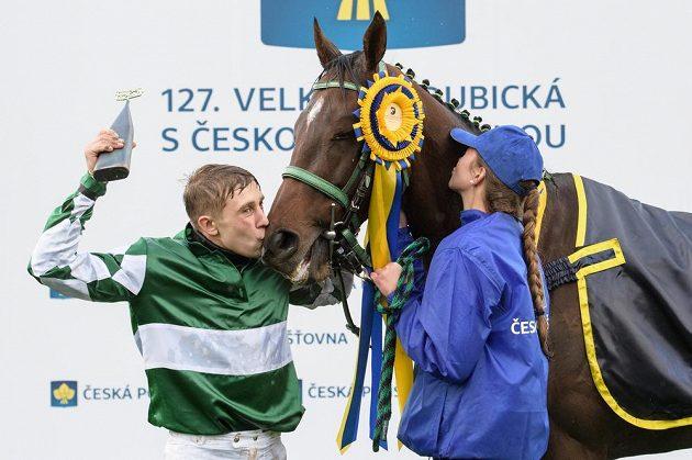 Žokej Jan Kratochvíl líbá svého koně No Time To Lose po triumfu ve 127. Velké pardubické.