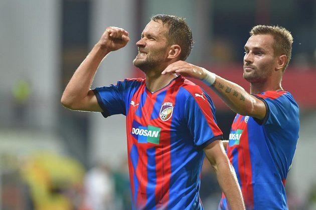 Marek Bakoš (vlevo) z Plzně se raduje z gólu.