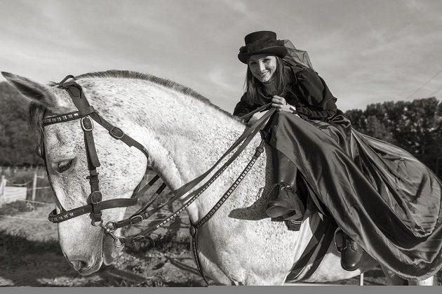 Karolina Hlavatá jako dáma na koni.