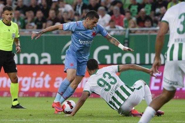 Fotbalista Ferencvároše Aissa Laidouni se snaží zastavit Nicolae Stanciua ze Slavie v utkání 3. předkola Ligy mistrů.