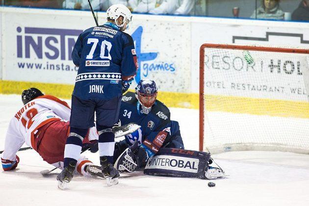 Jan Knotek z Olomouce, Bohumil Jank z Plzně a brankář Plzně Dominik Frodl v akci během utkání hokejové extraligy.