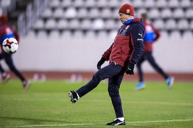 Trenér Karel Jarolím v akci s míčem na tréninku před duely s Norskem a Dánskem.