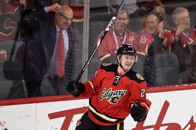 Český útočník Jiří Hudler (24) z Calgary Flames oslavuje svůj gól do sítě Bostonu Bruins, kterým poslal utkání do prodloužení.