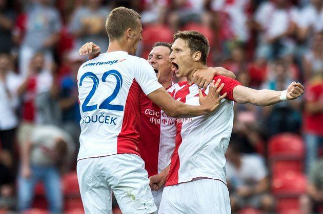 Zleva Tomáš Souček, Jan Bořil a Milan Škoda se radují z gólu.