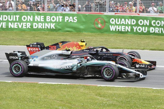 V prvním kole svedli souboj kolo na kolo Max Verstappen z Red Bullu a Valterri Bottas z Mercedesu.
