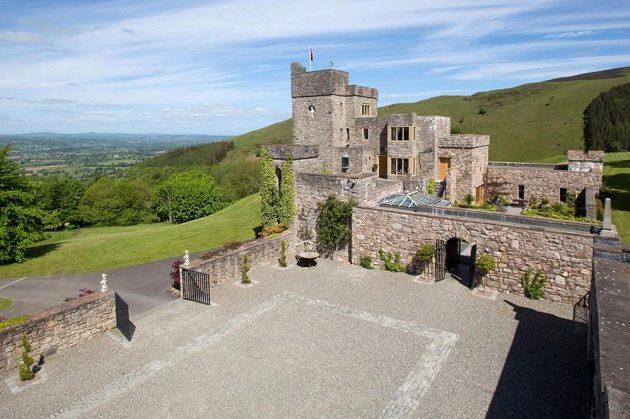 Z věží se naskýtají krásné výhledy na Wales.