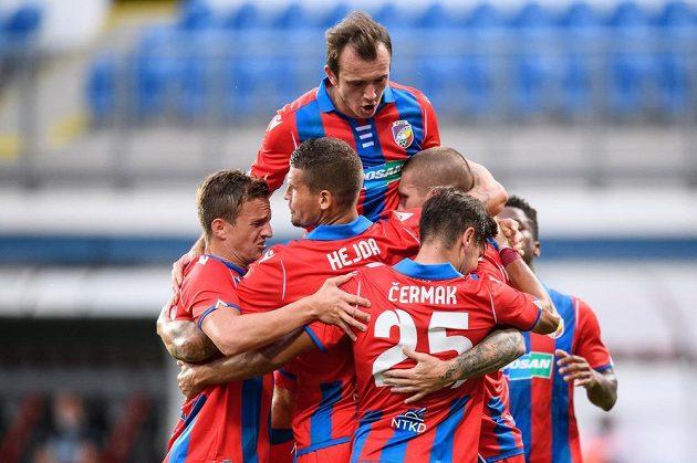 Fotbalisté Plzně oslavují gól na 1:0 proti Sönderjyske.
