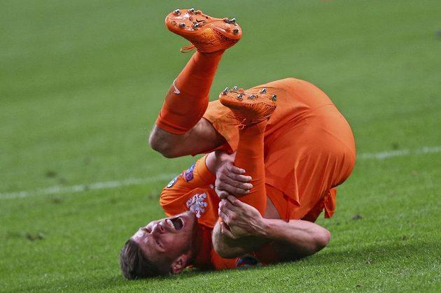 Nizozemský útočník Klaas-Jan Huntelaar s bolestivou grimasou během utkání s Českem v Amsterdamu.