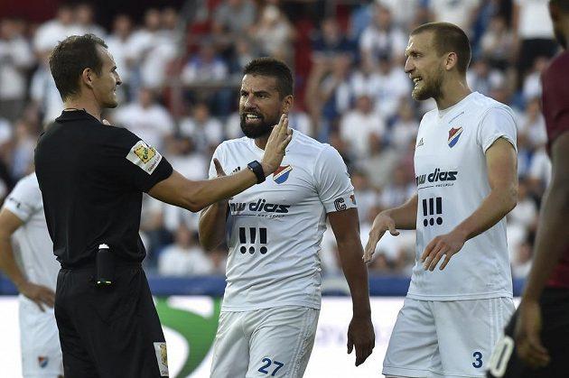 S rozhodčím Pavlem Královcem diskutují hráči Baníku Milan Baroš a Martin Šindelář.