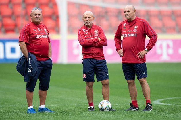 Manažer Jaromír Šeterle (vlevo), trenér Karel Jarolím a asistent Miroslav Koubek během tréninku fotbalové reprezentace.