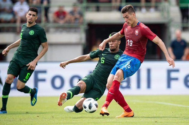 Český útočník Patrik Schick a William Ekong z Nigérie během přípravného utkání fotbalové reprezenzace v rakouském Schwechatu.