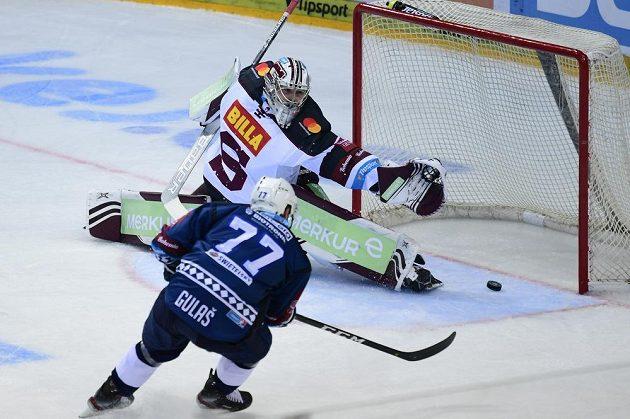 Plzeňský útočník Milan Gulaš střílí gól do sítě Sparty v úvodním utkání nové extraligové sezony.