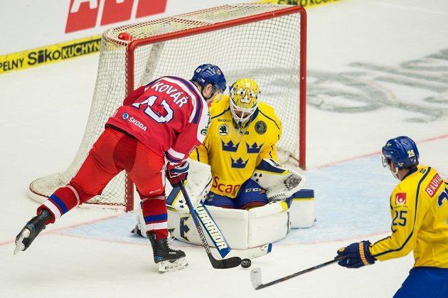 Jan Kovář a švédský brankář Eddie Lack během utkání turnaje Carlson Hockey Games.