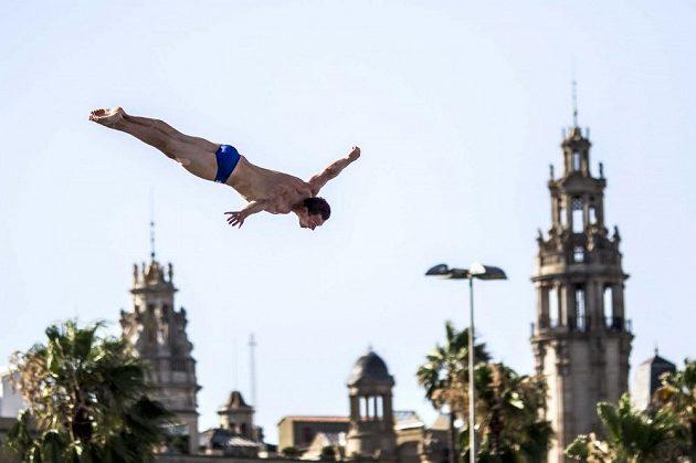 Závody extrémních skokanů do vody se často odehrávají v atraktivních kulisách. Na snímku za Michael Navrátilem věže Barcelony.