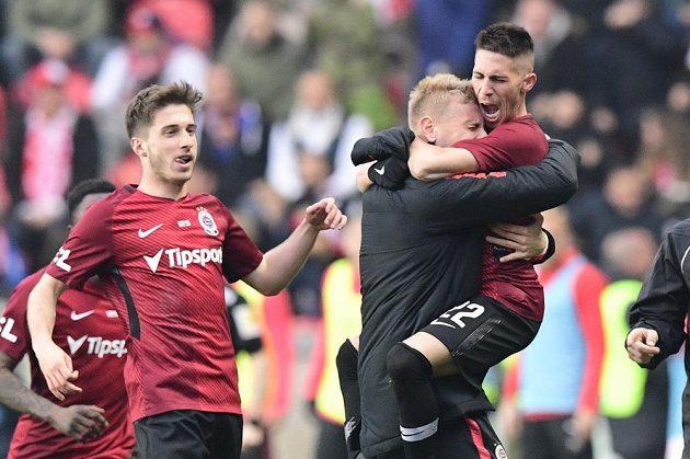 Hráči Sparty se radují z vyrovnávacího gólu na 1:1, který vstřelil Srdjan Plavšić (vpravo).
