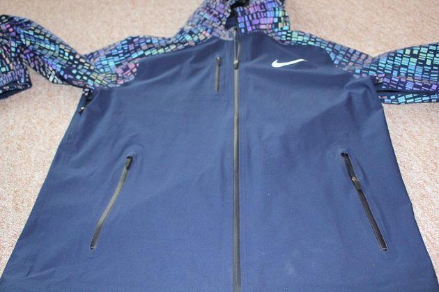 Běžecká bunda Nike HyperShield Flash: Trojice voděodolných kapes a hlavní zip se dvěma jezdci.