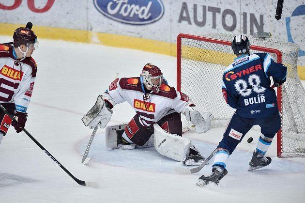 Michal Bulíř z Liberce střílí druhý gól, v brance Sparty je Sami Aittokallio.
