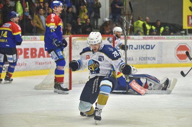 Kladenská radost po utkání semifinále play off první hokejové ligy v Českých Budějovicích. Na snímku slaví vítězství Daniel Kružík.