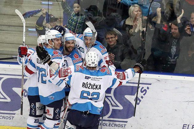 Hráči Chomutova se radují z druhého gólu v brance Třince.