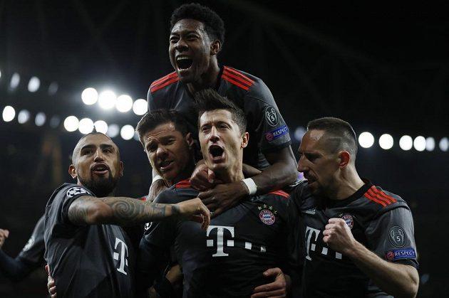Radost v podání fotbalistů Bayernu Mnichov poté, co Lewandowski vyrovnal z penalty v odvetném osmifinále Ligy mistrů na hřišti Arsenalu.