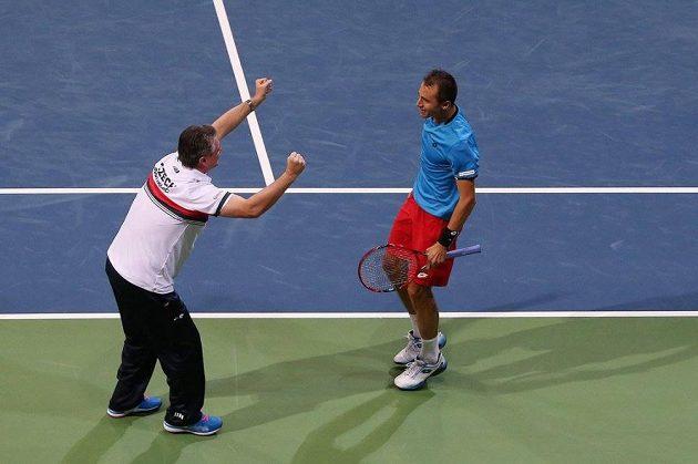 Lukáš Rosol se raduje s kapitánem Jaroslavem Navrátilem z vítězství nad Alexanderem Zverevem z Německa.