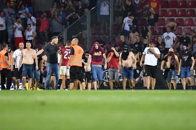 Sparťanští fanoušci vnikli po brance Subotice na hřiště.