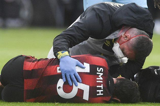 Adam Smith z Bournemouthu po drsném střetu v utkání s Tottenhamem.