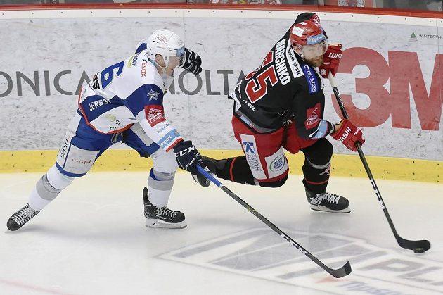 Jakub Krejčík z Brna a Tomáš Marcinko z Třince během druhého finále hokejové extraligy.
