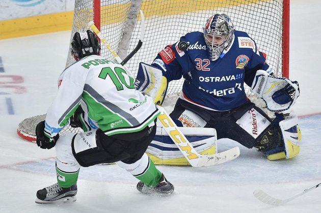 Zleva Tomáš Pospíšil z Boleslavi a brankář Vítkovic Patrik Bartošák.
