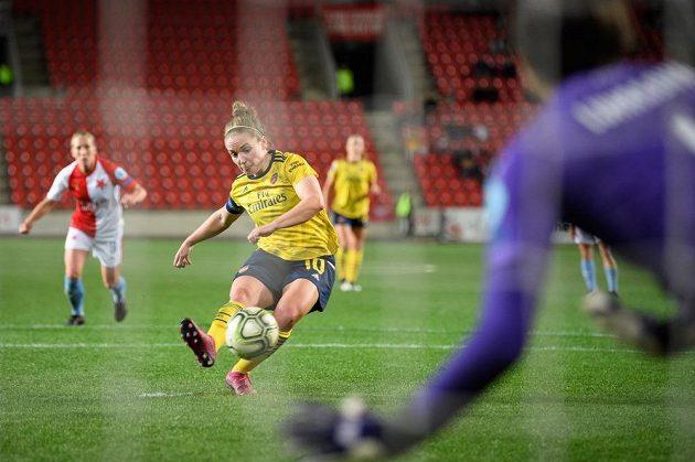 Kim Littleová z Arsenalu proměňuje nařízenou penaltu během utkání Ligy mistryň na Slavii.