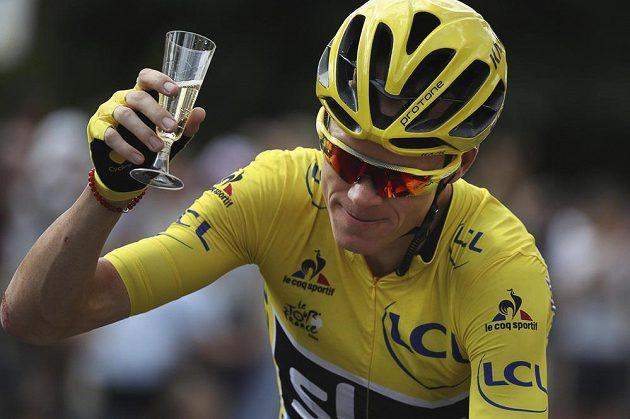 Obligátní sklenka šampaňského pro vítěze na trase poslední etapy Tour de France.