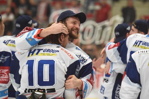Hokejisté Brna oslavují na ledě Třince mistrovský titul.
