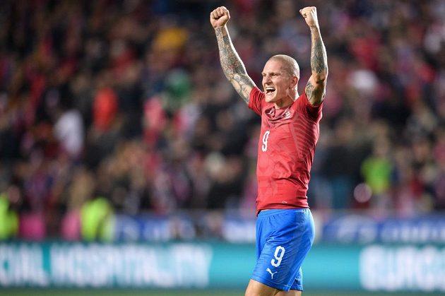 Český útočník Zdeněk Ondrášek oslavuje vítězný gól na 2:1 během utkání kvalifikace s Anglií.