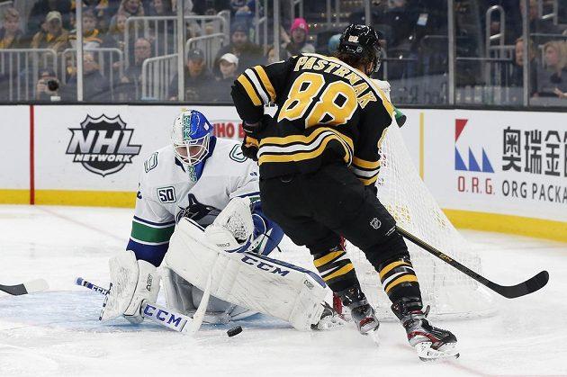 Brankář Vancouveru Canucks skvělými zákroky deptal českého kanonýra Davida Pastrňáka v dresu Bostonu během utkání NHL.