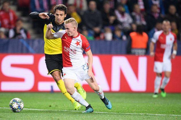 Petr Ševčík ze Slavie Praha a Mats Hummels z Dortmundu během utkání základní skupiny Ligy mistrů v Praze.